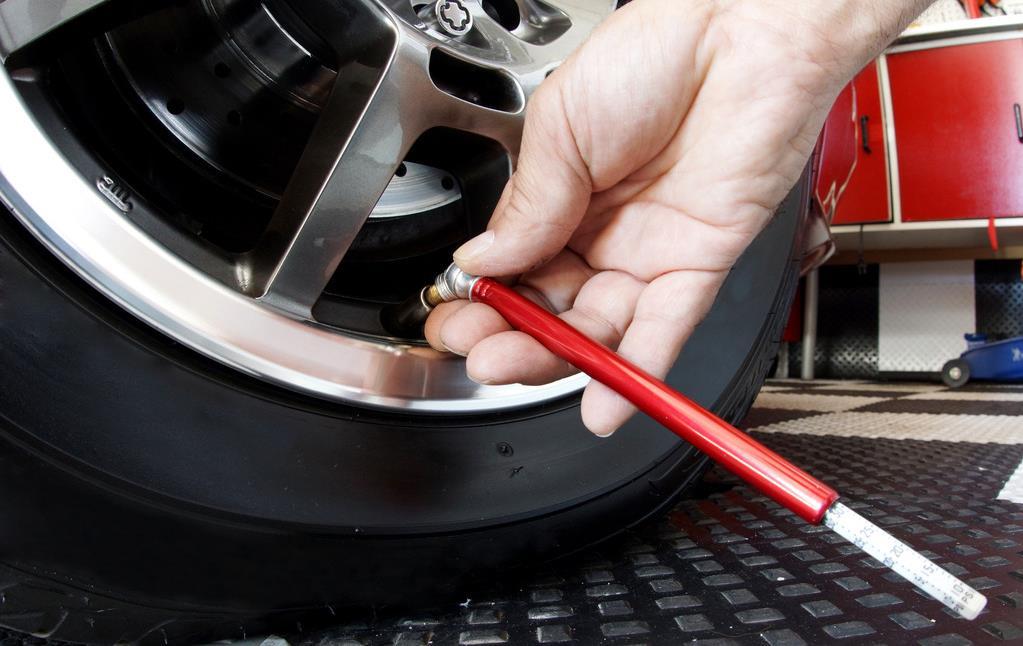 1、每行驶5000公里清洁一次,每行驶10000公里必须更换空气滤清器。 一万公里小保养:机油机滤和机油三滤:机滤、空滤、汽滤; 两 万公里是中保:需要进行机油、机滤、空滤及 空调滤芯的更换,还有一些常规的检查(空气滤清器:正确安装空气滤清器能减少气缸、活塞和活塞环等零件的磨损); 四万公里大保养一次。 2、更换机油及机油滤清器的周期,一般是5000公里,更换燃油滤清器周期一般为20000公里或1年。注意,当更换润滑油时必须同时更换机油滤清器,否则会影响润滑油的质量。